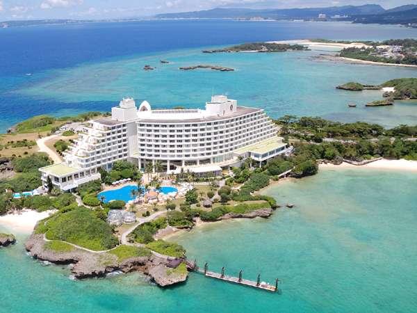 全日空萬座海濱洲際度假村是一間在萬座毛景點附近的酒店,因為它三面環海,所以很受推薦